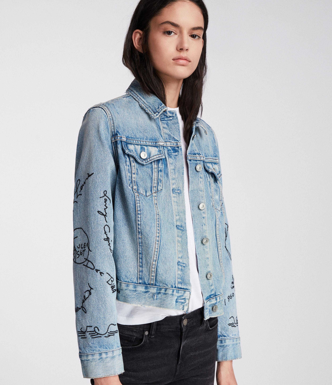 """Artikel klicken und genauer betrachten! - Mehr als eine gewhnliche Jeansjacke: Unsere Graff Hay Jeansjacke. Fr einen Vintage-Look ist sie aus gewaschenem Indigo-Stoff hergestellt und mit Stickereien im Graffiti-Look versehen - inspiriert von der Straenkunst im Osten Londons.     Regulre Passform.    Unser Model ist 5'8"""" / 173cm gro und trgt Gre M.  Siehe Grenratgeber fr mehr Details.      Kragen.  Langrmlig.  Knopfreihe.  Bestickte Ärmel.  Knpfe mit AllSaints Logo-Gravur.  100% Baumwolle.  Im Schonprogramm auf links waschen.   im Online Shop kaufen"""
