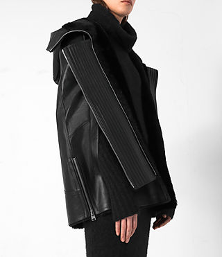 Mujer Comet Leather Cape (Black) - product_image_alt_text_4