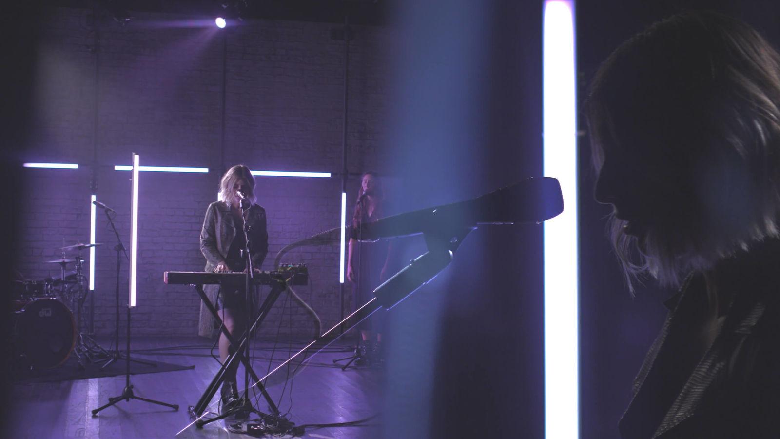 Deux photos superposées montrant Vérité en train de chanter sur la scène de notre LA Session.