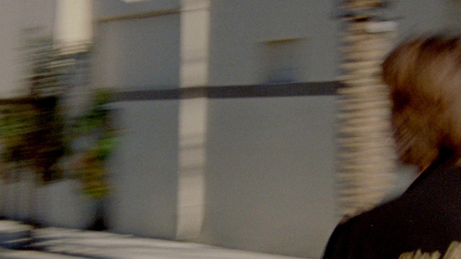 Captura de vídeo de un hombre corriendo por la calle vistiendo prendas de nuestra última colección.