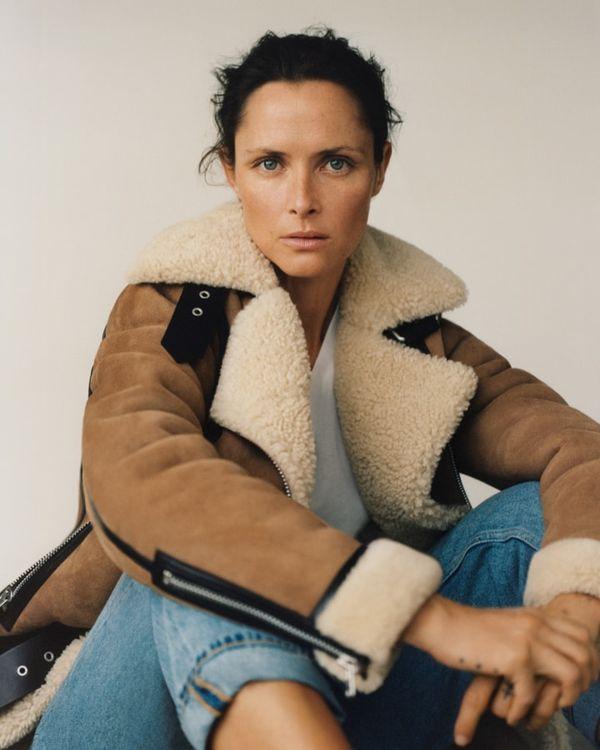 시어링 재킷을 착용한 여성 모델 이미지