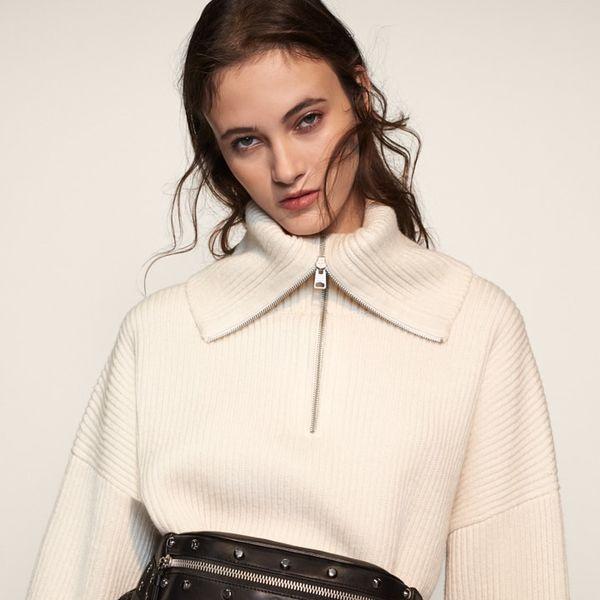 니트웨어를 착용한 여성 모델 이미지