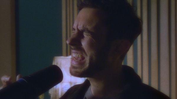 Double-photo montrant Khushi chantant à son micro.