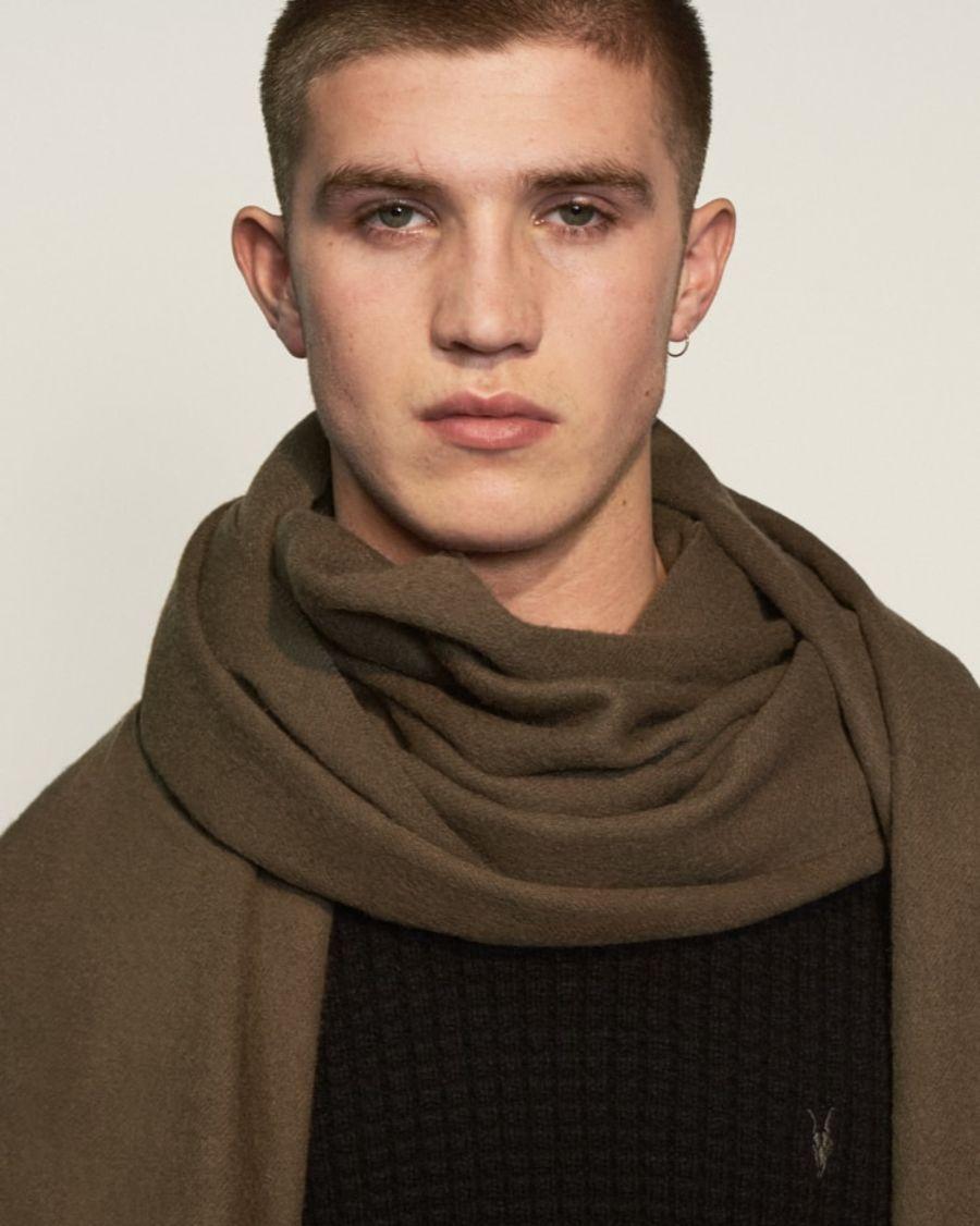 니트웨어를 착용한 남성 모델 이미지