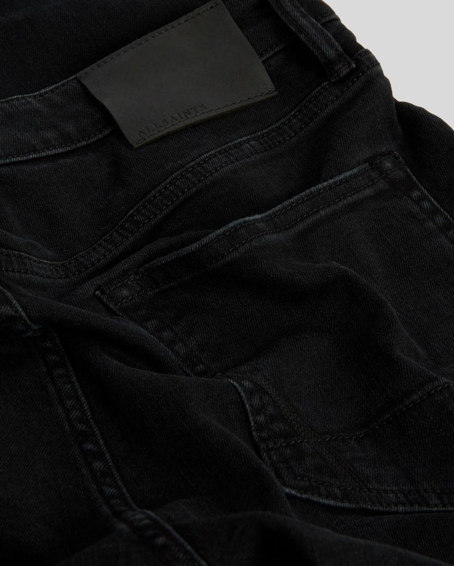 Nahaufnahme von den Gesäßtaschen unserer schwarzen Skinny Jeans.