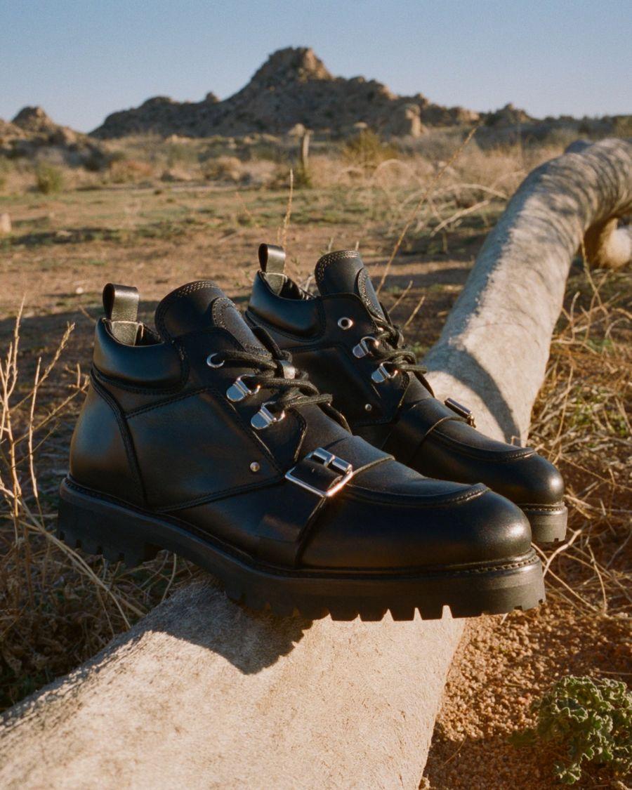 Gros plan sur les chaussures Yarrow devant un arrière-plan désertique.